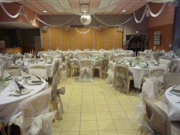 salle de mariage décorée avec le thème couleur gris et blanc