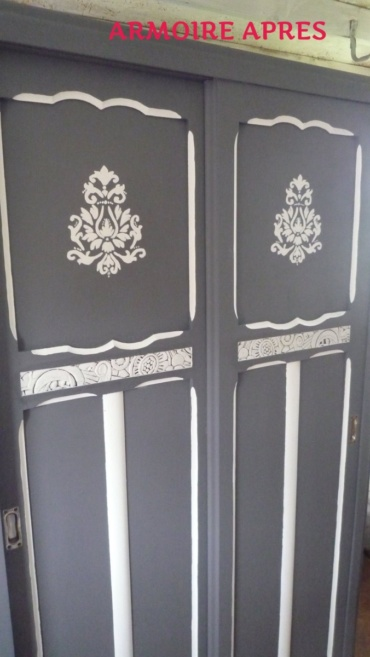 armoire patinée en gris et blanc avec grande arabesque dessinée à la main sur les portes