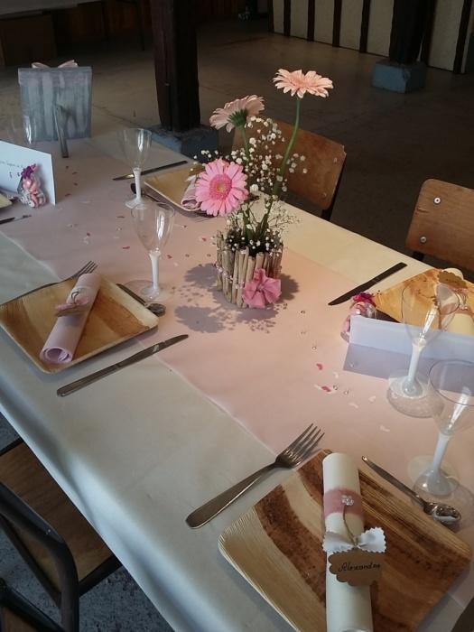 décoration de table sur le thème bois, couleur rose et blanc