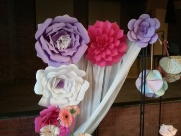 fleurs géantes en papier cartonné pour photobooth