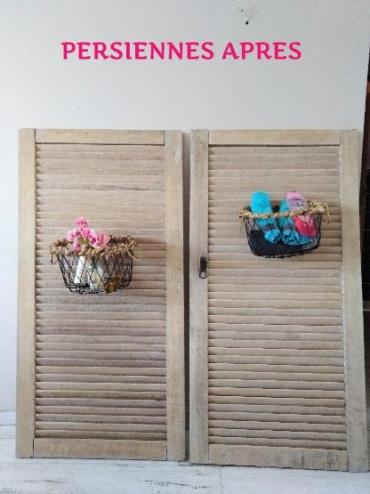 persiennes décorées avec des paniers pour une décoration dans une salle de bain