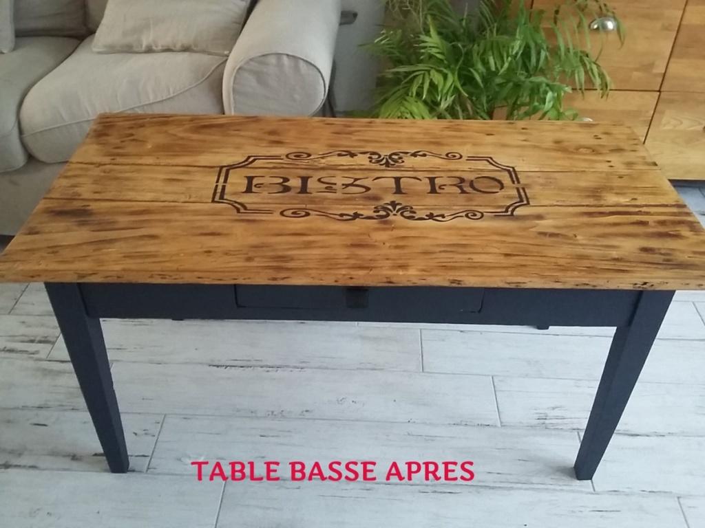 table basse dont les pieds ont été peint en noir, le dessus a été ciré en chêne clair et une arabesque bistro peint dessus