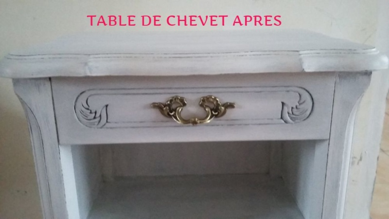 table de chevet patinée gris et blanc. la poignée a simplement été nettoyée.