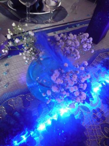 vase boule illuminé grâce au ruban à led bleu