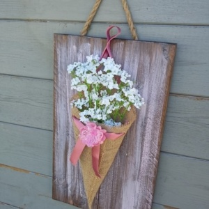 cône en toile de jute sur cadre en bois teinté avec une légère patine rose tendre