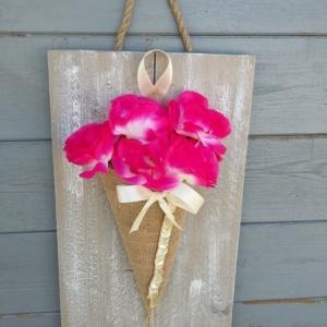 cône en toile de jute avec noeud en satin crème et ruban de bouton crème servant de pot de fleurs sur cadre en bois