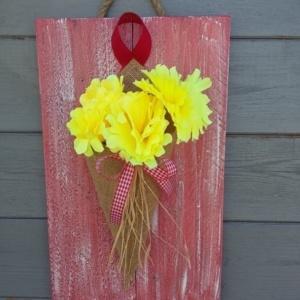 cône en toile de jute sur cadre en bois peint en rouge avec une légère patine blanche.