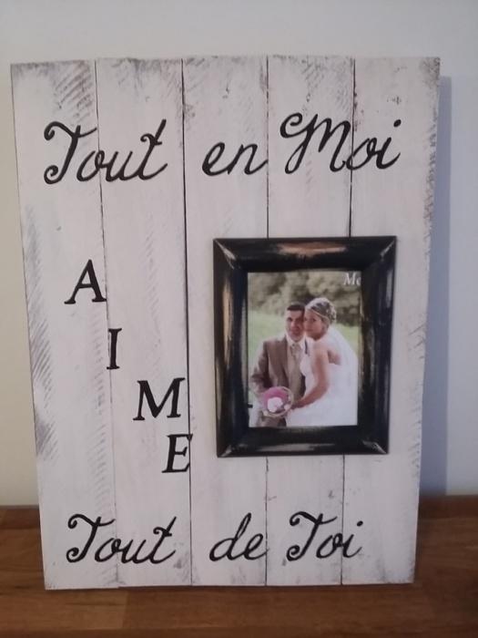 cadre en bois de palette patiné blanc avec inscription et cadre photo noir SUR MESURE et PERSONNALISE