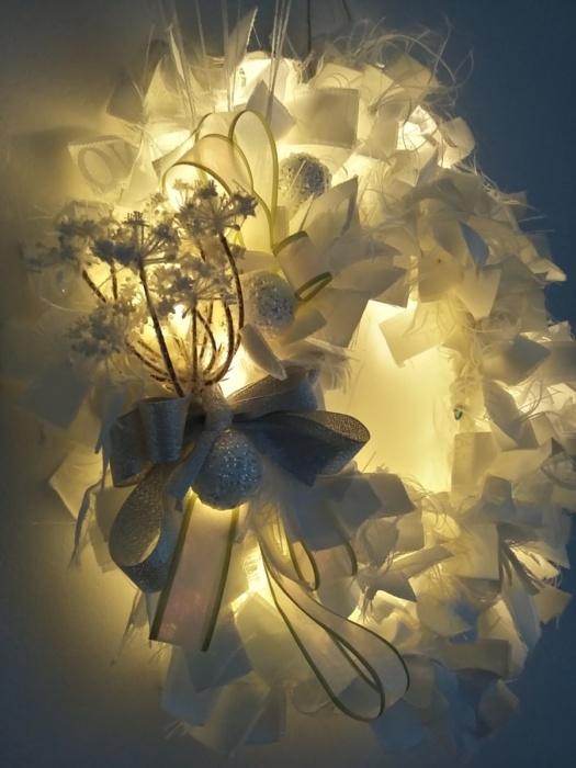 couronne de noël illuminée grâce à une guirlande à led