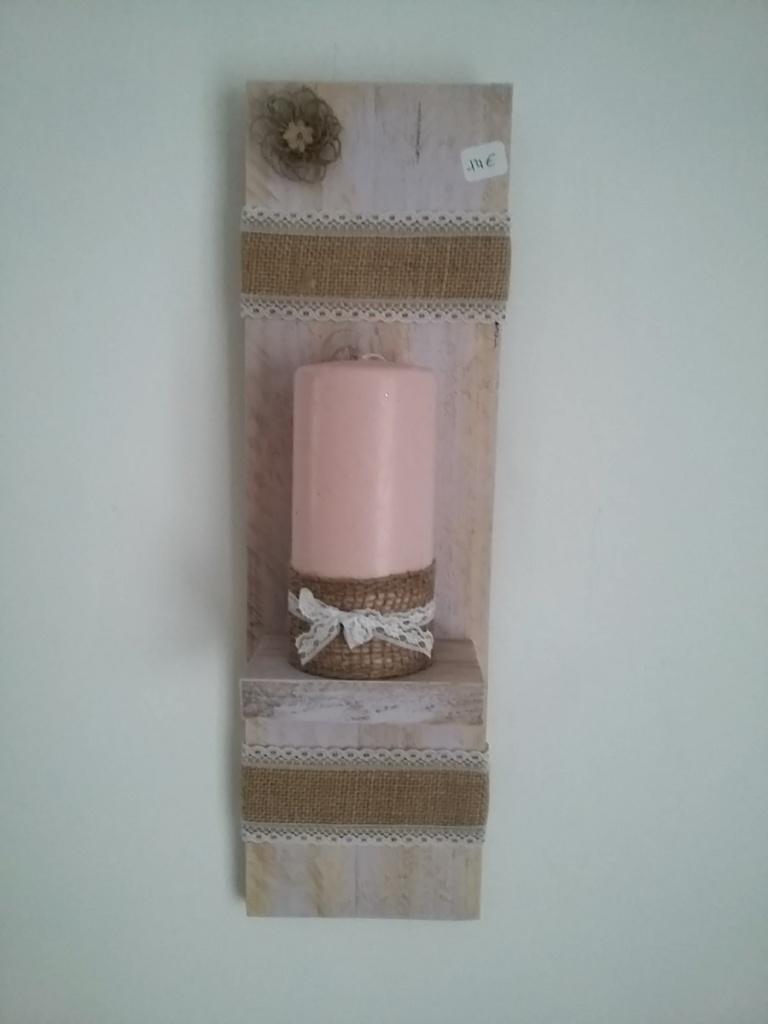 porte bougie mural légèrement patiné rose avec petite fleur en toile de jute, ruban toile de jute et dentelle