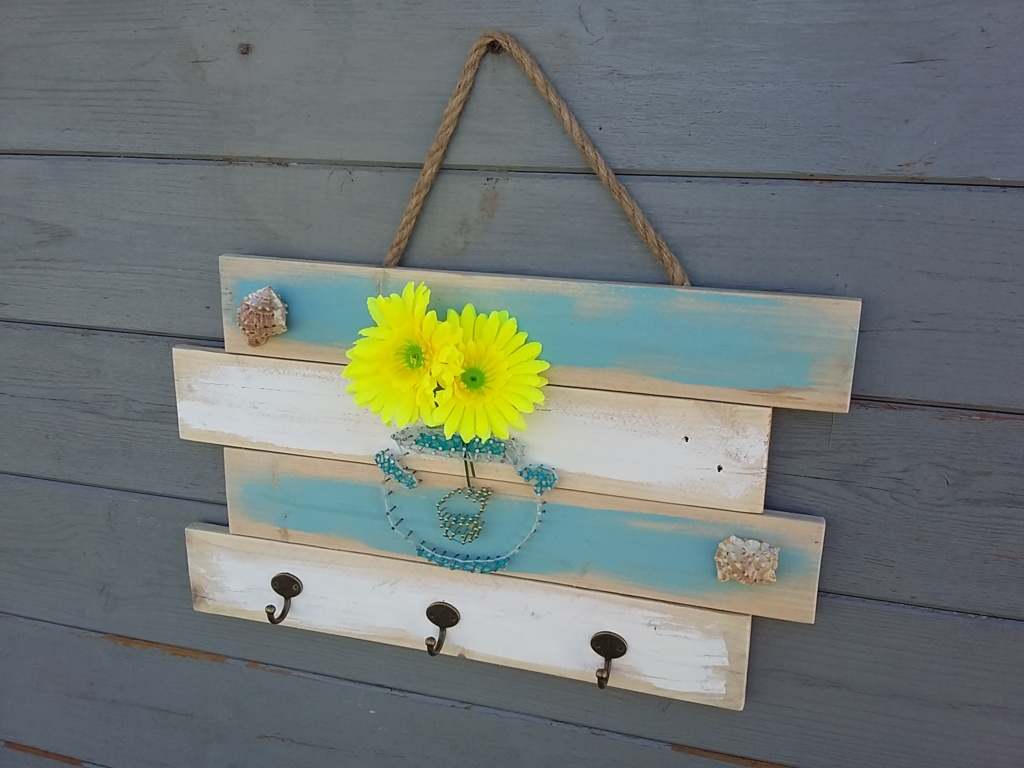 Porte clefs en bois de palette avec couleur bleue et blanc. Vase boule fait façon string art et coquillages en décorations