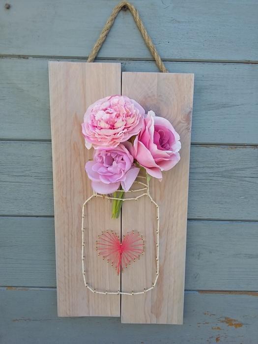 Pot de fleurs string art sur un cadre en bois brut teinte rosée légère