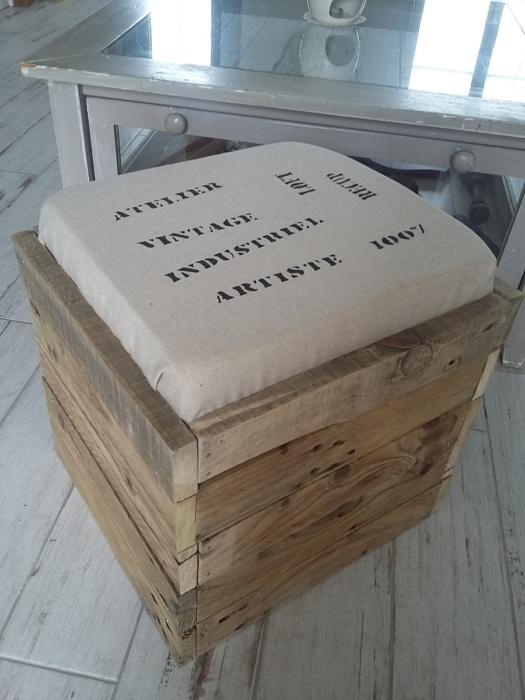 Pouf en bois de palette avec coussin en toile de jute et inscriptions thème industriel