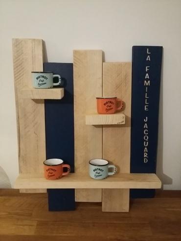 étagère en bois brut et 2 lames en bleu nuit, personnalisée avec le nom de famille