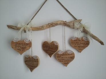 suspension en bois flotté avec messages de félicitations pour les mariés inscrits sur des coeurs en bois