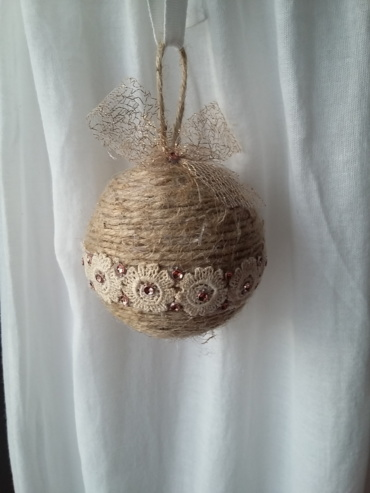 Grosse boule de noël fait avec de la ficelle de lin, des bouts de dentelle ancienne couleur crème collés tout autour, des strass et un noeud doré