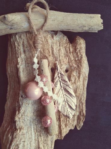 suspension en bois flotté pour sapin de noël avec dentelle, boule de noël et feuille couleur or rose