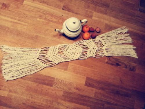 Chemin de table en macramé fabriqué avec une corde 100% coton. Dimensions 84 cm de long et 11 cm de large. Fait main