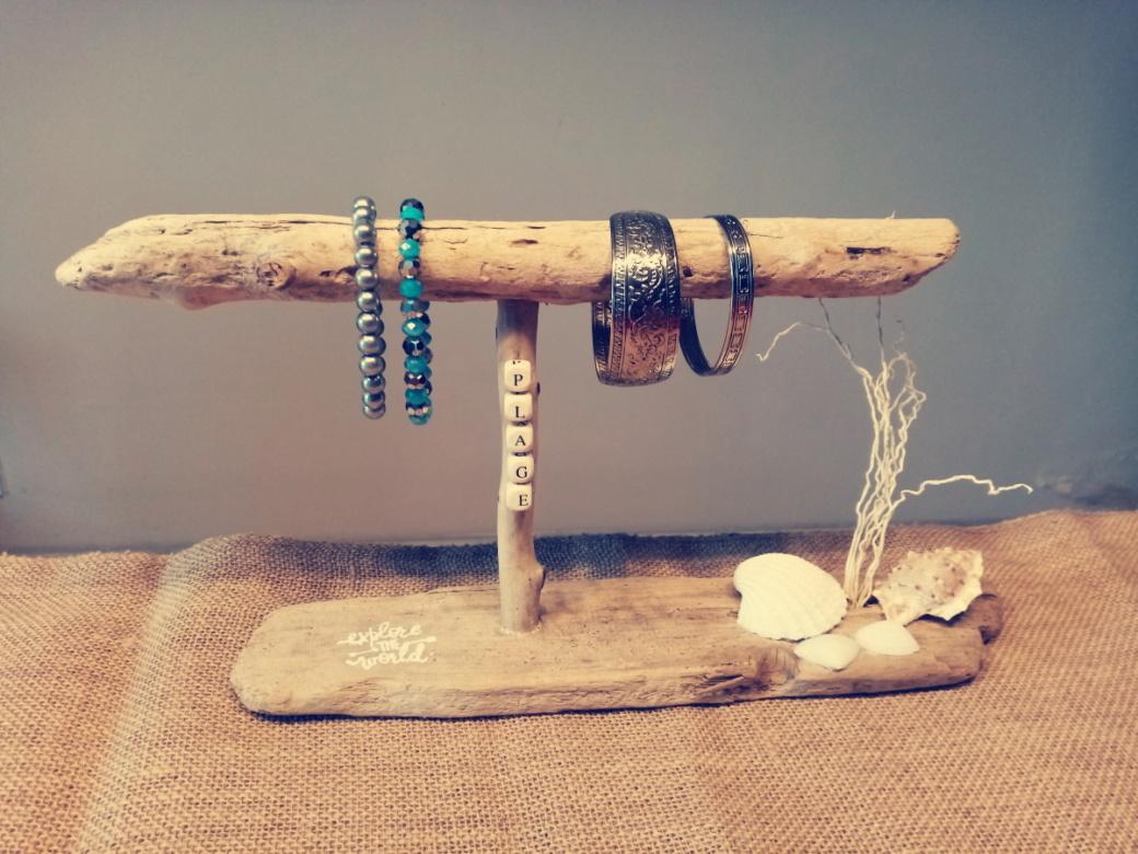 porte bijoux en bois flotté. Le socle est également en bois flotté.