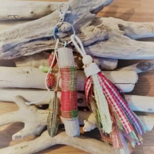 Bijoux de sac avec bois flotté, perles, ornement et pompon en tissus style ecossais
