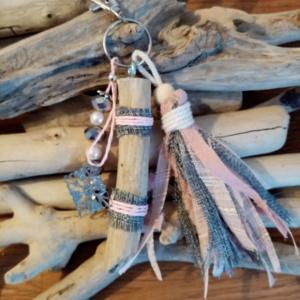 Bijoux de sac avec bois flotté, perles, ornement et pompons en tissus