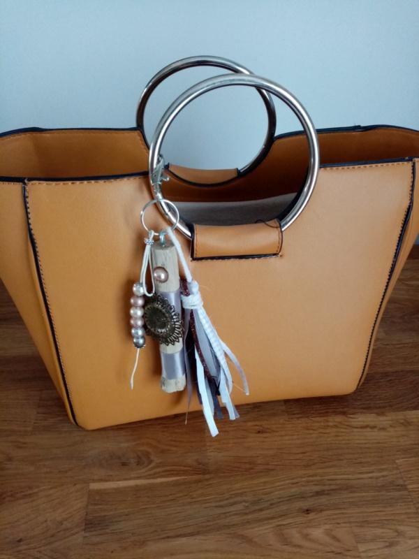 bijoux de sac couleur gris avec bois flotté, perles, ornement et pompons en tissus