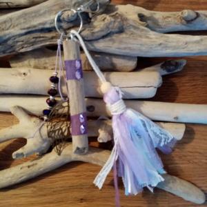 Bijoux de sac avec bois flotté, perles, ornement et pompon couleur mauve