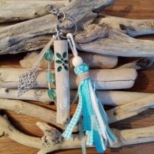 Bijoux de sac avec bois flotté, perles, ornement et pompon en tissus couleur turquoise