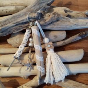 Bijoux de sac avec bois flotté, perles en bois avec le mot la plage, ornement et pompon en macramé
