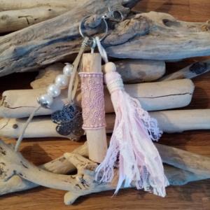 Bijoux de sac avec bois flotté, perles, pompons en tissus style shabby