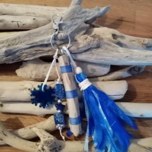 Bijoux de sac avec bois flotté, perles, ornement en résine epoxy et pompon en tissus couleur bleu marine