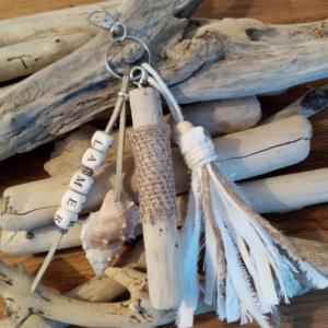 Bijoux de sac avec bois flotté, perles avec le mot la mer, coquillage et pompon en tissus blanc et toile de jute