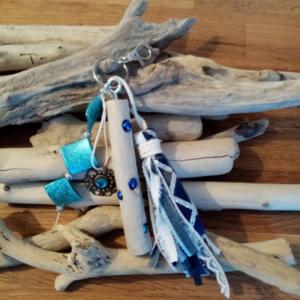 Bijoux de sac avec bois flotté, perles, ornement et pompon couleur bleu ciel