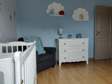 vue d'ensemble de la chambre de bébé restaurée