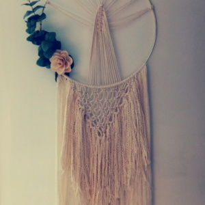 Attrape rêve en macramé 100% coton avec une fleur en bois et des feuilles vertes collées sur le côté