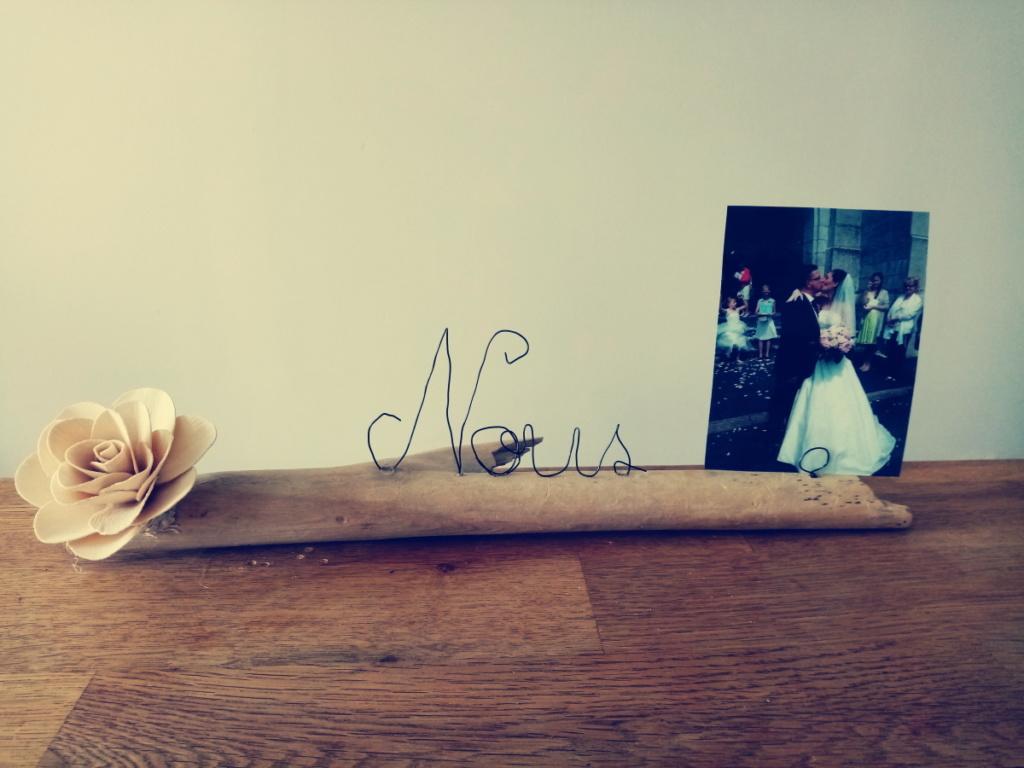 Porte photo avec écriture en fil de fer, nous, posé sur du bois flotté