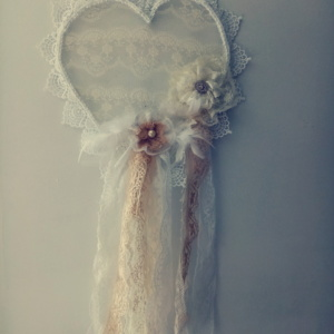 Coeur en dentelle avec fleurs fabriquées avec de la vielle dentelle style shabby chic