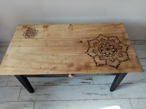 Table de salon entièrement restaurée avec mandala pyrogravé.