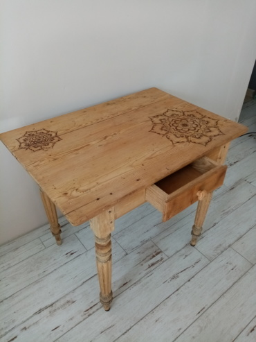 Table restaurée et laissée en bois brut avec mandalas pyrogravés