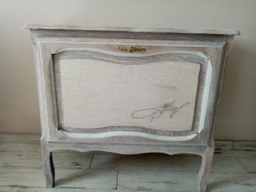 Meuble bar cérusé blanc avec signature Dolly Parton pyrogravée sur le devant du meuble