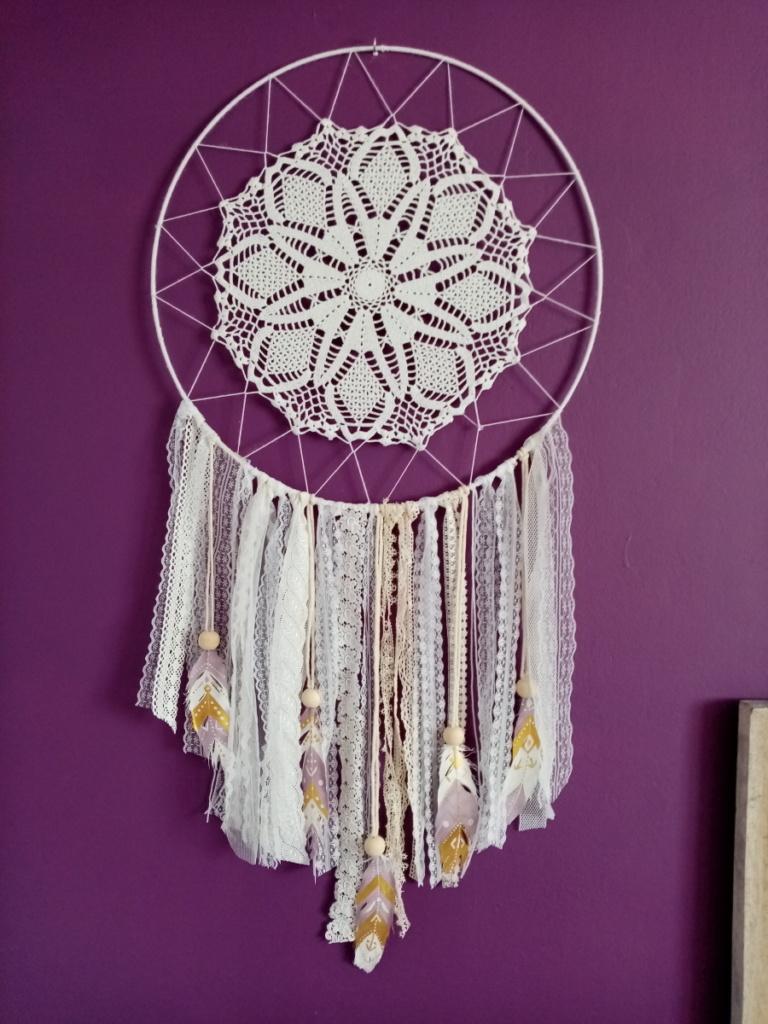 Attrape rêve avec macramé, dentelle, napperon en crochet en plumes peintes à la main