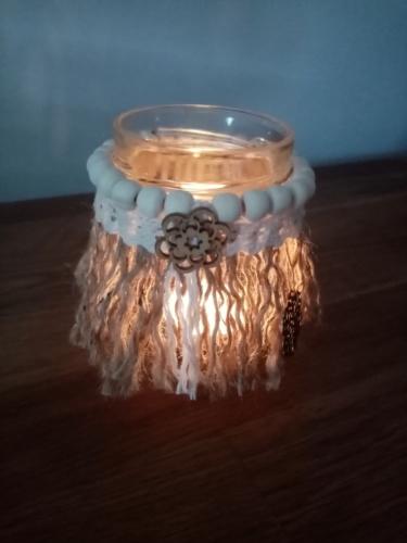 Petit bougeoir avec corde de jute en macramé, perles de bois et dentelle, illuminé avec une bougie chauffe plat