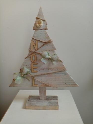 Sapin en bois patiné blanc avec lettres noel en bois et petits noeuds argentés et vert.