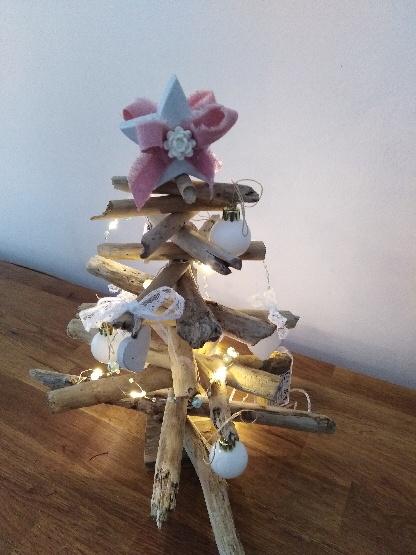 Sapin de noël en bois flotté avec petits noeuds en dentelle, illuminé