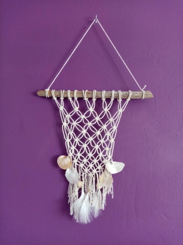 Petite suspension en macramé style filet de pêche avec bois flotté et véritables coquillages nacrés.