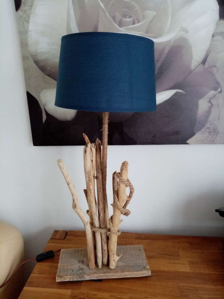 Lampe en bois flotté avec abat jour bleu
