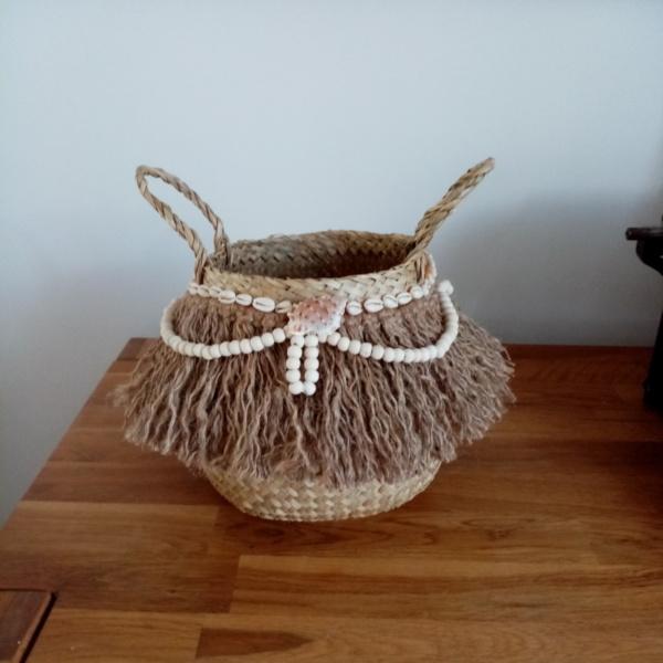 Panier en osier avec corde en jute, collier de perles en bois et coquillages