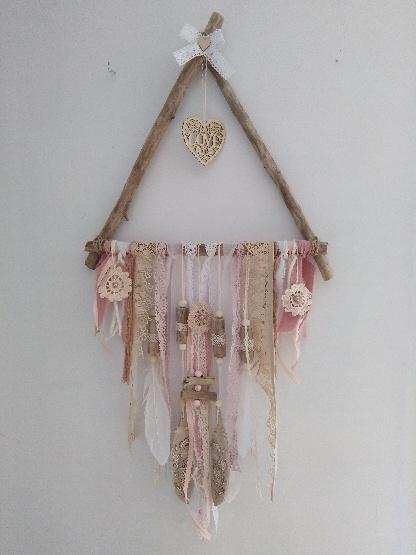Attrape rêve en bois flotté avec de vieilles dentelles, plumes en bois pyrogravées, fleurs en crochets
