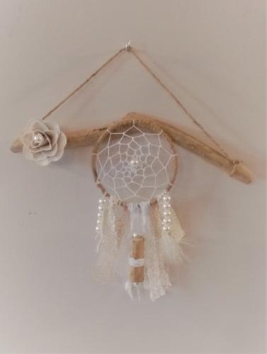 Petit attrape rêve avec dentelle, plumes, perles et bout de bois flotté