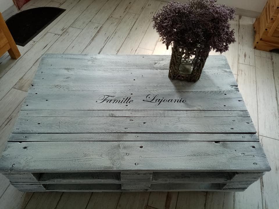 Table en palettes patinée couleur vieux gris et personnalisée avec le nom de la famille